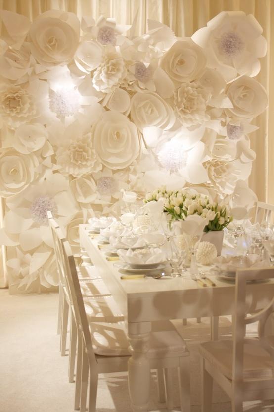 mural de flores brancas de papel